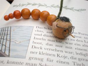 Buchkind - Bilderbücher und Kidnerbücher. Buchwurm auf Buch.
