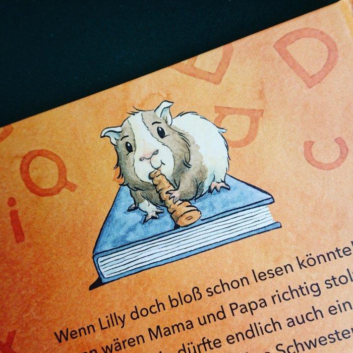 Lilly, die Lesemaus ist am Ziel: sie kann lesen und bekommt das ersehnte Haustier, ein Meerschweinchen.