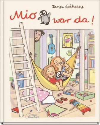 Bilderbuch: Mio war da! Stoffpinguin in einer Hängematte mit zwei fröhlichen Mädchen