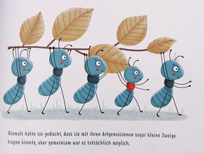 Ameisen bei der Arbeit. Gemeinsam tragen sie einen Zweig mit Laub, der viel größer als sie selbst ist.