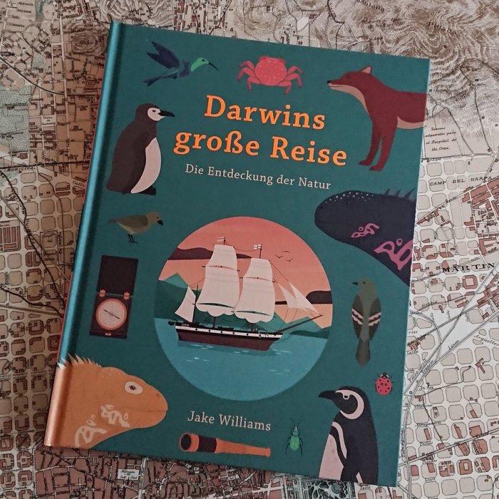 Kinderbuch: Darwins große Reise mit der Beagle. In diesem großartig illustrierten Buch geht es ganz besonders um die entdeckten Tiere, um die Abenteuer, die Darwin und seine Crew erlebten, um die spannenden Expeditionen und um das Wissen über die Natur, dass wir dieser Reise verdanken.  Das alles erleben wir in faszinierenden Bildern und leicht verständlichen Texten.