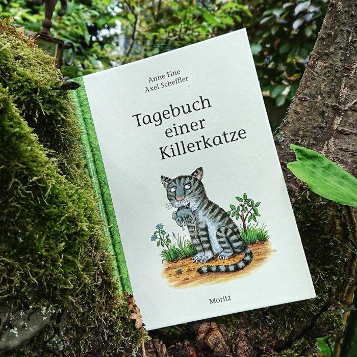Tagebuch einer Killerkatze. Cover mit Illustration von Axel Scheffler. Die graugetigerte Hauskatze Kuschel mit einer toten Maus im Maul.